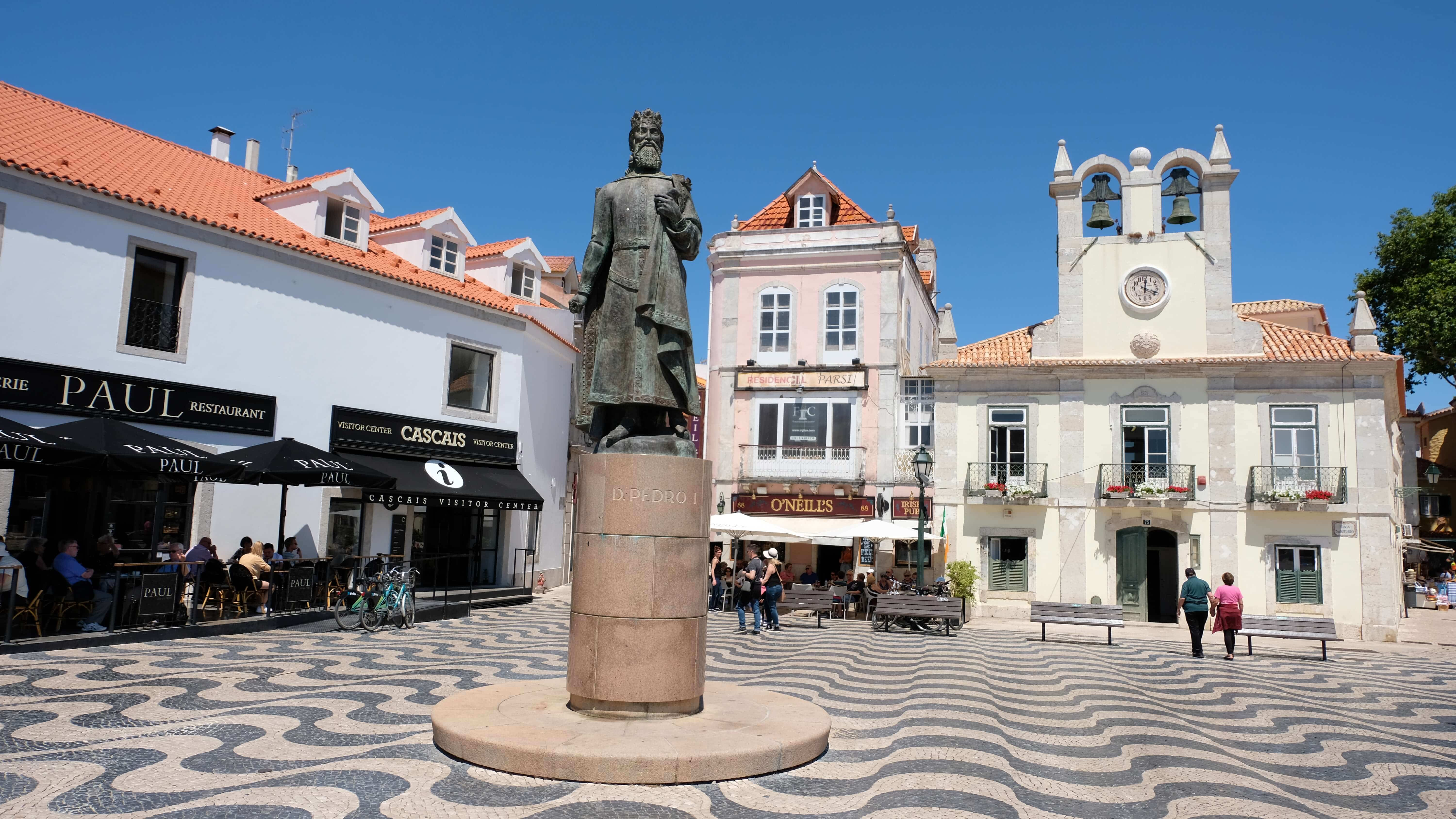 Start in the main square of Cascais(this is the square with O'Neil Irish pub, Paul's cafe and hotel Baia)